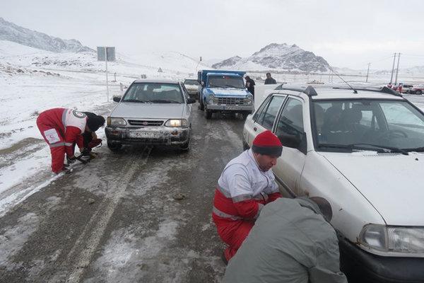امدادرسانی به 400 مسافر مانده در محور آزادشهر