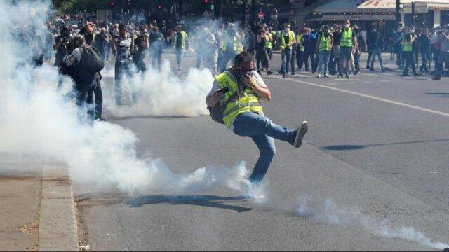 پلیس برای متفرق کردن جلیقه زردها از گاز اشک آور استفاده کرد